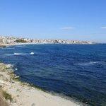 Вид на берег.Внизу небольшой пляж песчанный.