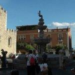 la fontana coronata di un centauro che con la mano levata dirige i giochi dell'acqua.