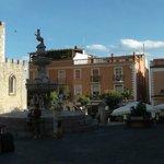 a sinistra, la Basilica-Catedrale ''San Nicola