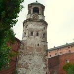 Часовая башня со двора, рядом с кафедральным собором.
