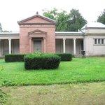 Neues Mausoleum im Park