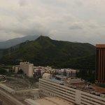 2804号室からの眺めです。山は国境の向こう香港側です。