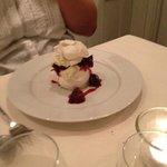 Pistachio meringue with damsels