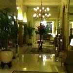 Una de las salas de estar en la planta baja del hotel