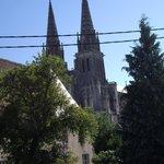 Centre ville de Sées, vue de la salle sur la Cathédrale.