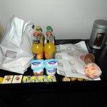 Frühstückstablett vor dem Zimmer, rechts davon Wasserkocher & Kaffeemaschine