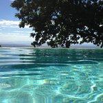 """Vista del horizonte desde la piscina modelo """"infinity pool"""""""