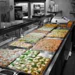 oltre 12 tipi differenti di pizza sul banco tutte le sere