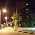 Vista nocturna de la calle del hotel