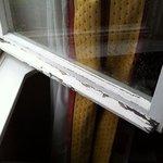 finestre senza vetri doppi e scorticate