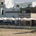 la terraza del bar, en frente el guadalquivir y doñana