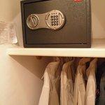 Caja fuerte y vestidor, habitación nº 5.