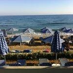 La plage, avec les transats espacés....