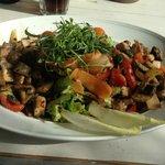 Reichhaltiger Salat con Pollo