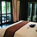 Blick vom Schlafbereich auf die Terasse und zum eigenen Pool-Zugang