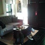 Der Eingangsbereich, mit Couch, Mini-Bar, LCD-TV DVD-Player und Co