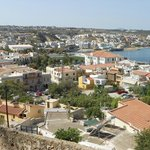 Blick von Festung auf Hotel (bei rotem/blauem Fzg)