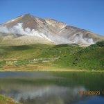 池と旭岳2