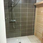Douche  situé a coté du sauna