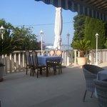 Terrasse des Hotels mit Sicht auf das Meer