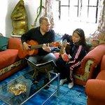 El dueno y su gitarra!