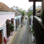 vista desde le balcon a la calle del Hostel