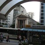 Frente ao Hotel, a Avenida Paulista