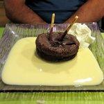 fondant au chocolat avec sa crème vanille et chantilly