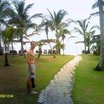 Jardim onde se localizam os chalés, com acesso à Praia de Araçaípe.