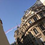 ホテルの窓から飛行機が^^