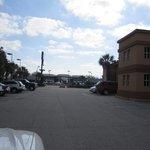 Fachada lateral com estacionamento