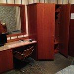 armadio con cassaforte e scrivania con frigo