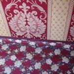Ein einfarbiger Teppichboden wäre dem Zimmer gut bekommen