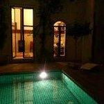 La piscina del Riad iluminada, en medio de un patio, comodisima
