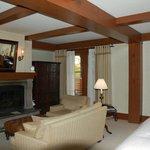 La partie salon avec la cheminée de la suite