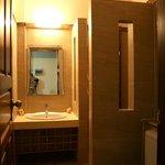 ภายในห้องน้ำห้องพัก 2 ท่าน/ Deluxe room's bathroom
