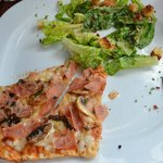 Comida Dúo de 1/2 pizza y ensalada (ya está a la mitad de lo que sirvieron)