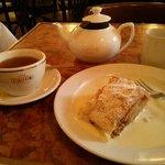 Apfelstrudel und Tee