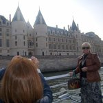 Ponto turístico visto do rio Sena