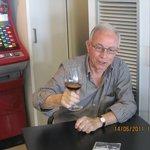 Juan Piñana propietario brinda con todos