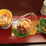前菜は菊、柿、銀杏の器で