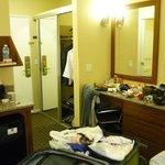 Visao geral do quarto. Obs: Pequena cozinha ao lado da cama, com uma unica pia, banheiro e cozin