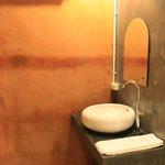 Lavamanos exterior, en el baño hay una ducha gigante y retrete