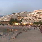 aan de zee bij het hotel