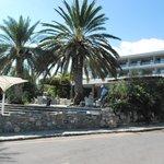 hôtel et terrasse du bar vus de la rue
