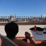 Sentado en la terraza, viendo techos de Florencia, al mediodía con muchoooooo calor