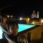 Pileta, terraza y vista espectacular de noche