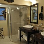 a luxerious and spacious bathroom