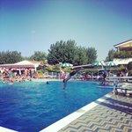 La piscina grande con il trampolino