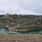 vue generale du chateau et du village en arrivant